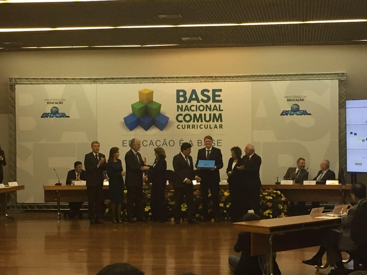 Membros da comissão da Base Nacional Comum Curricular cumprimentos